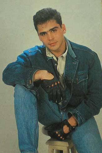İşte 1980'lerin en yakışıklı yüzlerinden biri daha.