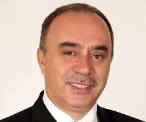 Nihat Hatipoğlu'nun ağabeyi  20. ve 21. dönem RP ve FP Diyarbakır milletvekillerinden Ömer Vehbi Hatipoğlu'dur.