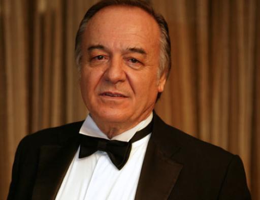 Tekindor her ne kadar görüşmese de ünlü aktör Çetin Tekindor'un yeğeni.