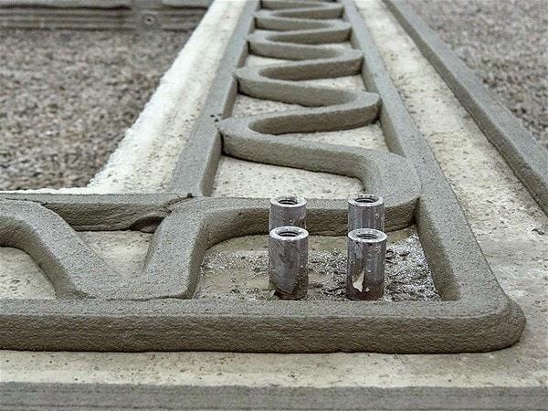 3D yazıcıların insanları işsiz bırakacağı endişesinin yersiz olduğu düşünülüyor. Çünkü beton dökerken işçi ihtiyacı ortadan kalkmasına rağmen robot yapımında işçilerin istihdam edileceği öngörülüyor.