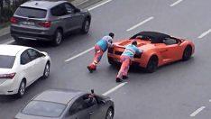Lamborghini'yi iterek yürüttüler!