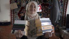 62 yaşındaki Afife Küçükbenli, köyünde kitaplarla örülü bir yaşam kurdu