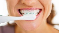 Dişlerinizi fırçaladıktan sonra ağzınızı su ile çalkalamayın!