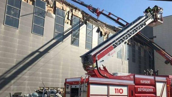 Kayseri'de kongre binasının çatısı çöktü: 1 işçi enkaz altında