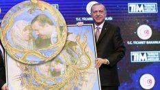 Erdoğan annesinin tablosunu böyle öptü!
