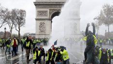 Fransız sözcü: Ateşli silahların dağıtılabileceğini biliyoruz! 'Sarı Yelekler' canlı kalkan olmamalı