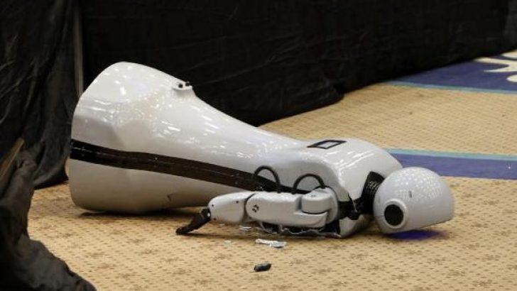 Kontrolden çıkan yerli insansı robot 'Mini Ada' sahneden düştü