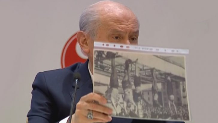 Metin Akpınar hakkında konuşan Bahçeli, o fotoğrafı gösterip 'kendine yazık etti' dedi