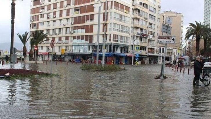 İzmir'i sel aldı!