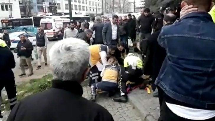 İstanbul Beyazıt'ta halk otobüsü yayalara çarptı