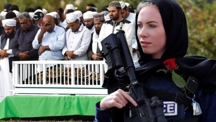 Yeni Zelanda'da mezarlıkta görevli kadın polisten anlamlı hareket
