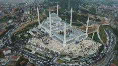Büyük Çamlıca Camii'nde tarihi kalabalık! Büyük Çamlıca Camii'ne binlerce genç akın etti