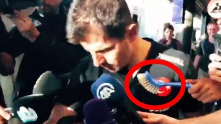 Emre Belözoğlu uzatılan tuvalet fırçasını görmedi
