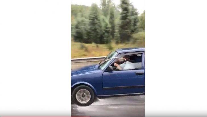 Aracının sileceği bozulan adamdan güldüren icat!