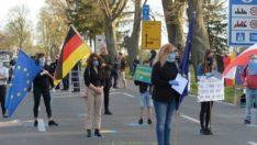 Polonya-Almanya sınırında yüzlerce kişi karantinayı protesto etti!