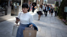 Japonya'nın bir şehrinde telefon kullanırken yürümek yasaklandı