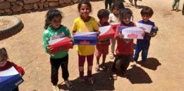 Mehmetçik, Barış Pınarı bölgesinde çocukları sevindirdi