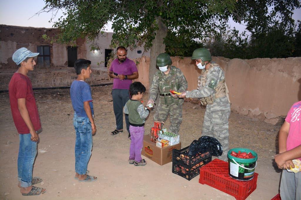 Türk askeri mazluma umut olmaya devam ediyor... Mehmetçik Suriye'de aşını paylaştı!