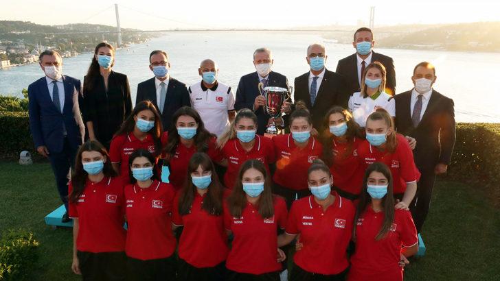Cumhurbaşkanı Erdoğan, Avrupa şampiyonu U19 Genç Kız Milli Takımı'nı kabul etti